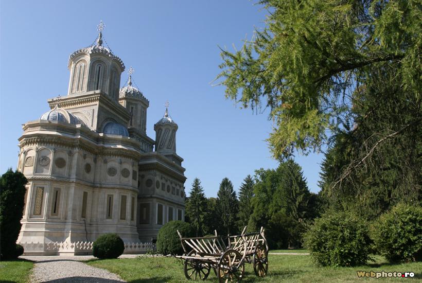 curtea manastirii