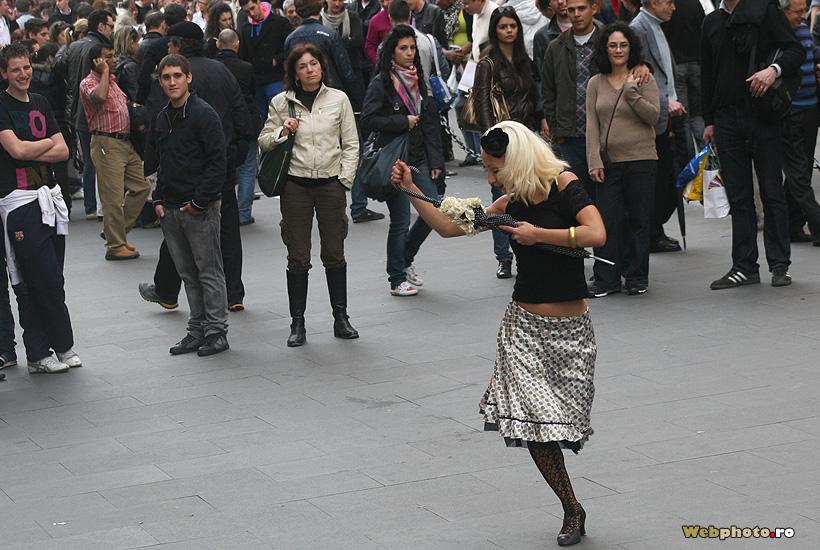 dansand pe strada